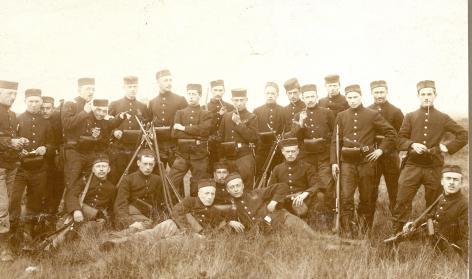 De étudiants-soldats van de Universiteit Gent aan de vooravond van de Eerste Wereldoorlog in 1913, het jaar dat de algemene dienstplicht in België wordt ingevoerd (© Universiteitsarchief Gent, AlbumI_12).