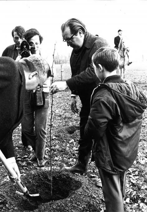 Marcel Van Miegroet plant onder persbelangstelling een boom op het weiland naast het Aelmoeseneiebos op 21 maart 1970. (Collectie ForNaLab)