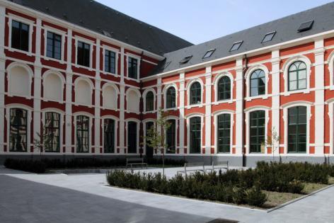 Binnenkoer van de gerestaureerde Braunschool in de Voldersstraat, die in 2010 heropende als onderdeel van de faculteit Rechtsgeleerdheid (Beeldbank afdeling Communicatie UGent, foto Hilde Christiaens).