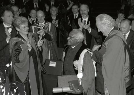 Aartsbisschop Desmond Tutu (midden) krijgt in 2005 een eredoctoraat van de UGent voor zijn rol in de Zuid-Afrikaanse Waarheids- en Verzoeningscommissie (foto Hilde Christiaens, collectie Universiteitsarchief UGent, E02_2005_057a)