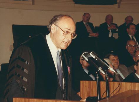 Psychoanalyticus Julien Quackelbeen (1935-2016) spreekt als promotor een laudatio uit voor de uitreiking van een eredoctoraat tijdens Dies Natalis op 8 maart 1985 (© R. Masson, Collectie Universiteitsarchief Gent, FA_060_008).