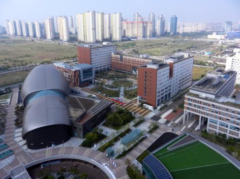 Op de voorgrond de Ghent University Global Campus in Zuid-Korea op 1 september 2016, bij de start van het derde academiejaar (© UGent, foto Tineke De Backer, collectie Beeldbank).