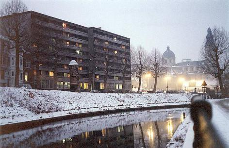 Home Heymans wordt in 1973 aan de Isabellakaai opgetrokken en voorziet een honderdtal flats voor getrouwde koppels en een kindercrèche op het gelijkvloers (© UGent, collectie Beeldbank).