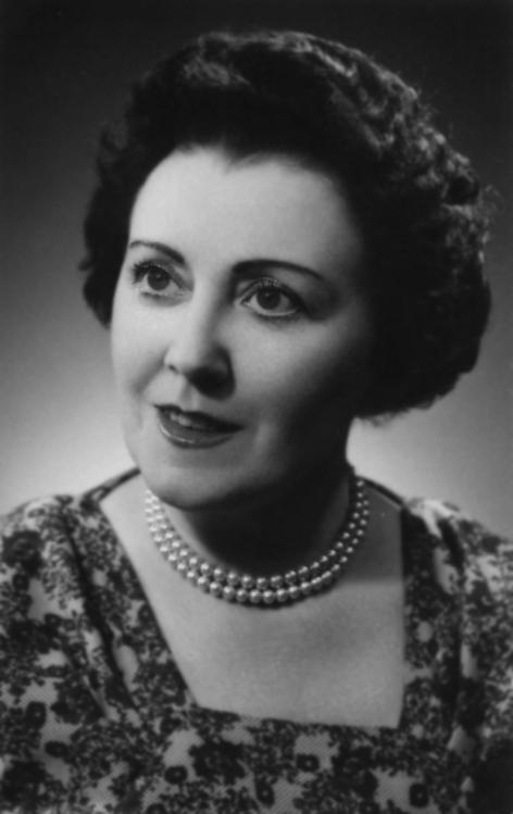 Marguerite De Riemaecker-Legot (1913-1977) is de eerste vrouwelijke minister in België en haalde haar diploma rechten aan de Universiteit Gent (foto uit De Riemaecker, 'Marguerite De Riemaecker-Legot', 2015)