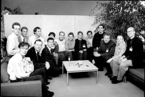 De eerste lichting Gentse uitgaande Erasmusstudenten in het academiejaar 1988-89 bij hun terugkomst in Gent in 1989. Pierre Schoentjes zit derde van rechts (© Universiteitsarchief Gent, SA20_1989_001).