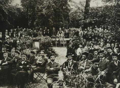 Groepsfoto in de tuin van het studentenhuis HOU ende TROU van het Gentsch Studenten Corpsch tijdens de inhuldiging op 3 juni 1918. Enkele maanden later valt het doek over de Vlaamse Hogeschool. (Universiteitsbibliotheek Gent)