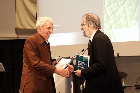 Bodemkundige Donald Gabriëls krijgt felicitaties van rector Van Cauwenberge bij zijn voorzitterschap van de UNESCO Chair on Eremology op 22 januari 2008. (© UGent, foto Hilde Christiaens, Collectie Beeldbank UGent)