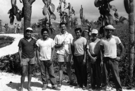 Expeditieleider Jacques Laruelle (3de van links) met medewerkers van de Charles Darwin Stichting tijdens de Gentse geopedologische expeditie naar de Galapagoseilanden in 1962 (© Paul De Paepe, Collectie Universiteitsarchief Gent, ZA2008_12_006)
