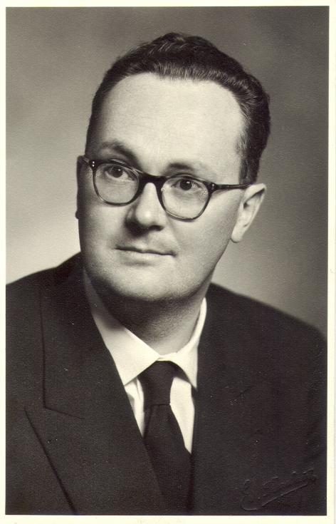 Portret van Raoul C. Van Caenegem, hoogleraar aan de Faculteit Letteren en Wijsbegeerte te Gent (Collectie Universiteitsbibliotheek Gent).