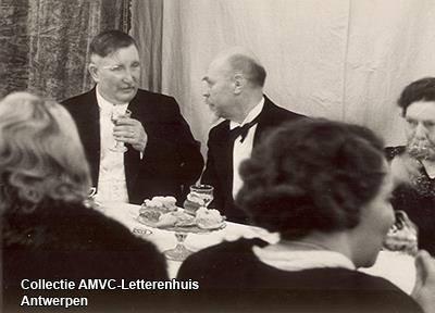 Lieven Duvosel (met glaasje) en Johan Lefèvre na de opvoering van 'Leie en Cyclu