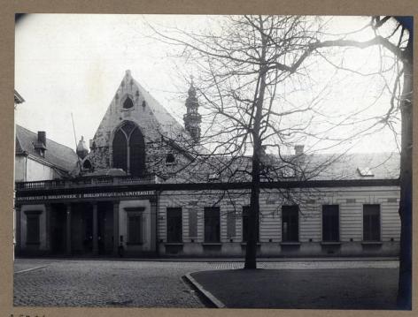 Ingang van de Baudeloobibliotheek, begin 20ste eeuw (Collectie Universiteitsbibliotheek, © UGent).