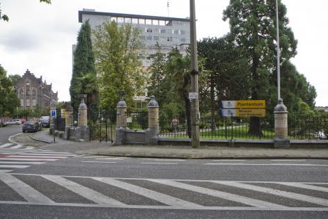De ingang van de Plantentuin en het Museum voor Dierkunde aan campus Ledeganck met het orginele hekwerk van Louis Cloquet (Collectie UGentMemorie, © UGent - foto Pieter Morlion).