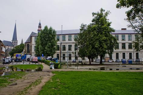 Op de plaats van de oude Baudelootuin is anno 2010 een park. Links de Bibliotheekstraat en de Sint-Jacobskerk, daarnaast de Baudelooabdij, centraal de schoolgebouwen van Kunsthumaniora Ottogracht (Collectie UGentMemorie, © UGent - foto Pieter Morlion).