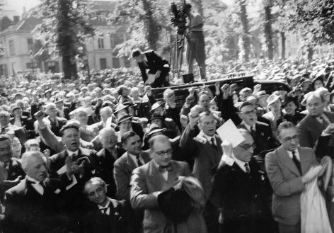 Sinds de campagne voor de vernederlandsing was Vermeylen een gevierd spreker. Hier staat hij, speech in de hand, op de Guldensporenherdenking in Kortrijk op 11 juli 1939 (Collectie Amsab-Instituut voor Sociale Geschiedenis - foto Louis van Cauwenbergh).