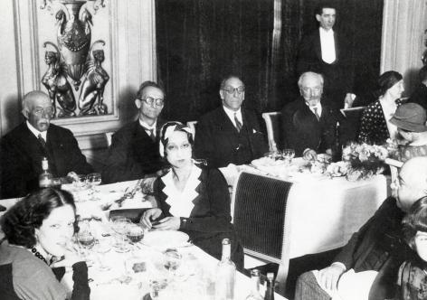 In mei 1932 vierden zijn vrienden de 60ste verjaardag van Vermeylen. We zien Cyriel Buysse, Camille Huysmans, Vermeylen, Fernand Toussaint van Boelaere en uiterst rechts vermoedelijk Vermeylens ernstig zieke vrouw Gaby (Collectie AMVC-Letterenhuis).