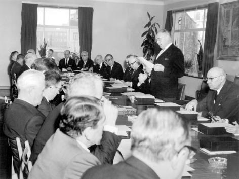 Rector Bouckaert spreekt de leden toe van het nieuwe Raadgevend College van de UGent in 1967 (Collectie Universiteitsarchief Gent - foto R. Masson).