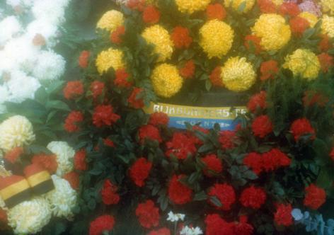 De universiteit biedt een bloemenkrans aan voor de slachtoffers van de Tweede Wereldoorlog bij een herdenking in 1979 (Collectie Universiteitsarchief Gent).