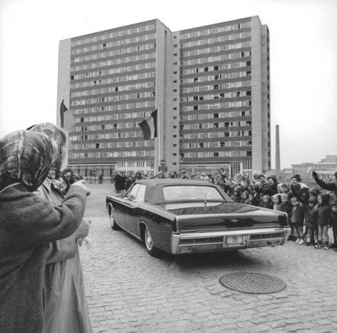 De limousine van koning Boudewijn komt aan bij studentenhome Boudewijn bij de inhuldiging in 1967 (Collectie Universiteitsarchief Gent - foto I.M.P.F.).