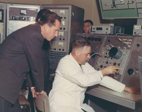 Koning Boudewijn bezoekt het Instituut voor Nucleaire Wetenschappen in 1967 (Collectie Universiteitsarchief Gent - foto R. Masson).