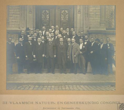Groepsfoto van het Vlaamsch Natuur- en Geneeskundig Congres in Antwerpen op 24 september 1899 (Collectie Universiteitsarchief Gent).
