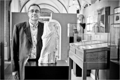 Patrick Monsieur van het Archeologisch museum met een sculptuur.