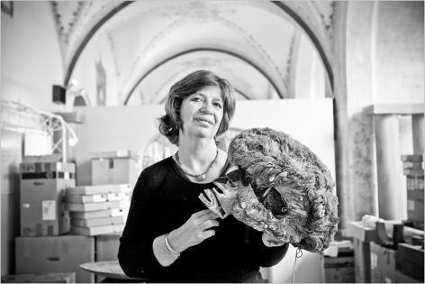 Pauline Van der Zee met een Tatanuamasker