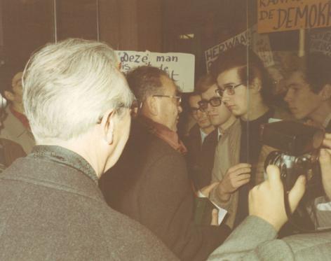 Minister Piet Vermeylen spreekt met protesterende studenten  bij de eerstesteenlegging van studentenhome August Vermeylen (Collectie Universiteitsarchief Gent - foto R. Masson).