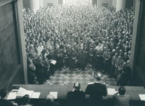 Protestvergadering tegen de Expansiewet in het peristylium van de Aula in 1965 (Collectie Universiteitsarchief Gent).