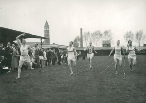 Deelnemers aan de 1500 meter tijdens een interuniversitaire sportontmoeting (Collectie Universiteitsarchief Gent - foto Albert Ritsaert)