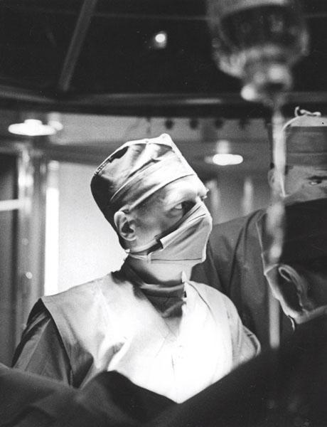 Professor Fritz Derom in de operatiezaal (Collectie Universiteitsarchief Gent, FA_135_018).