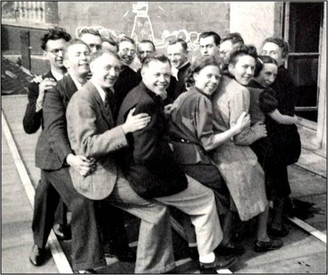 Frans Olbrechts met enkele van zijn studenten aan de Gentse universiteit