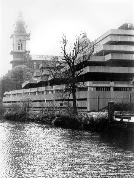 Campus Hoveniersberg, waar Economie gehuisvest is, ligt lieflijk langs de Schelde. Op het achterplan verrijst de Sint-Pieterskerk (Collectie Universiteitsarchief Gent).