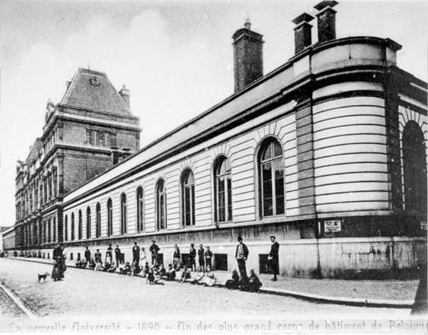 Het 'Instituut van de Wetenschappen' in de Rozierstraat rond 1900. Ook voor de bouw van de 2de verdieping 'één van de grootste gebouwen van België'. Op de voorgrond de buurtbewoners van de arbeiderswijk (Collectie Universiteitsarchief Gent).