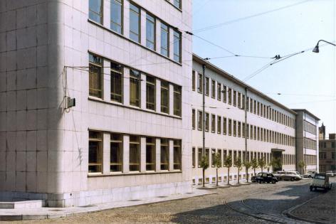 Hoofdvleugel van de faculteit Letteren en Wijsbegeerte (Blandijn), vlak na de ingebruikname begin jaren 1960 (Collectie Universiteitsarchief Gent).