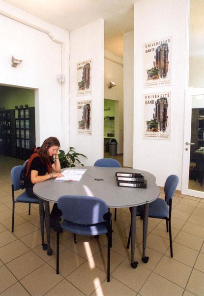 Leeszaal van de Dienst Studieadvies op het Sint-Pietersplein (Collectie Universiteitsarchief Gent, © UGent - foto Hilde Christiaens).