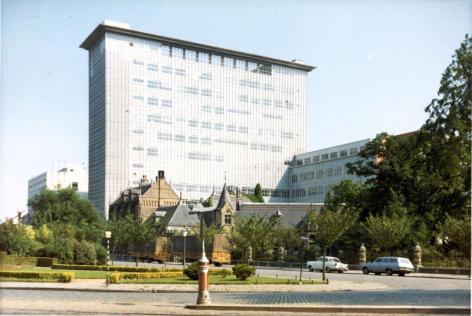 Campus Ledeganck met het gebouwencomplex uit de jaren 1960 en op de voorgrond het Botanisch Instituut uit 1903 (Collectie Universiteitsarchief Gent - foto R. Masson).