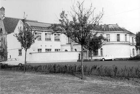 Het Anatomisch Instituut aan de Bijloke. Rechts de boog van het auditorium uit 1878 en links de latere aanbouw (Collectie Universiteitsarchief Gent).