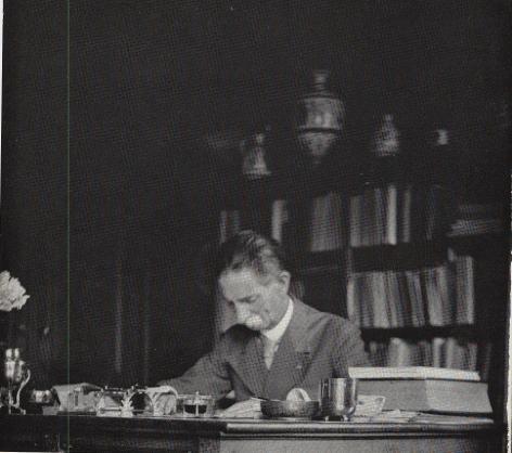 Portret van Louis de la Vallée Poussin (1869-1938) in zijn werkkamer (copyright