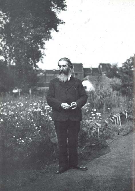 Leo Michel Thiery (1877-1950) in de plantentuin van het Gentse Schoolmuseum.