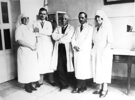 Professor Jules de Nobele (midden) met medewerkers. De foto is wellicht genomen in het Gents Centrum voor Kankerbestrijding (Collectie Universiteitsarchief Gent).