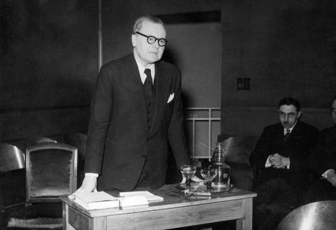 Mediëvist Frans Ganshof tijdens een herdenkingstoespraak ter ere van professor Gaston Dept in de academieraadzaal (Collectie Universiteitsarchief Gent).
