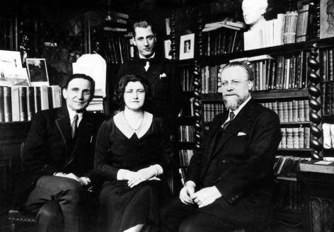 Jurist Nico Gunzburg met enkele van zijn medewerkers