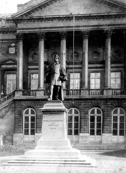 Standbeeld van Hippolyte Metdepenningen voor het Justitiepaleis (Collectie Universiteitsarchief Gent).