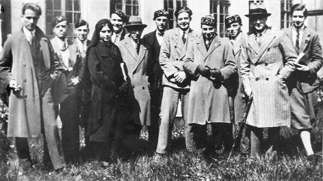 De rouwkledij van rechtstudente Marie-Laetitia Van Bambeke (1910-), studente van 1928/29 tot 1932/33, contrasteert met de studentenpetten van haar mannelijke collega's (Collectie Universiteitsarchief Gent).