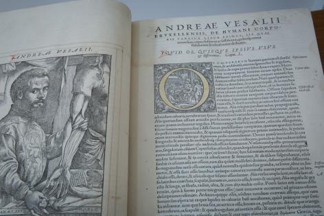 """Het boek """"De Humani Corporis Fabrica, Libri Septem"""" van Andreas Vesalius bevat h"""