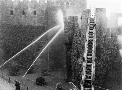 De Gentse brandweer probeert de studenten met waterslangen uit het Gravensteen te verdrijven in 1949 (Collectie Universiteitsarchief Gent).