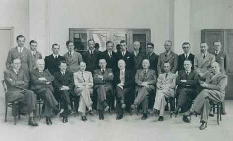 Eerste promotie studenten Diergeneeskunde en hun professoren: vlnr. zittend de p