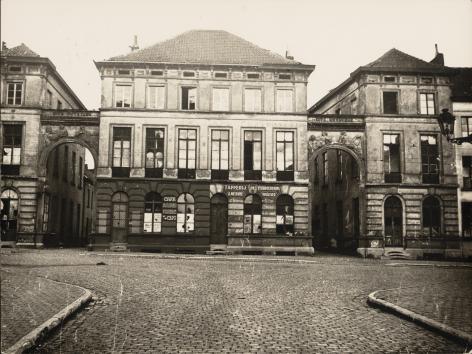 De statige hoofdingangen van het 'modelwerkmanscité' het De Vreesebeluik in de Blandijnstraat (foto begin 20ste eeuw, collectie Universiteitsbibliotheek Gent, © UGent).