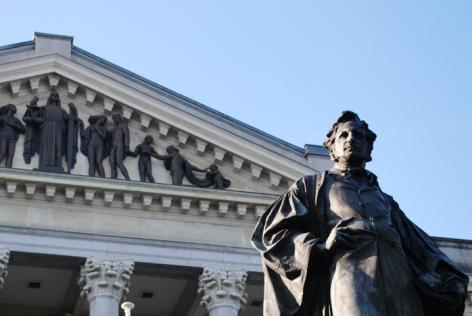 Detail van het Justitiepaleis met eerste UGent-alumnus Hippolyte Metdepenningen