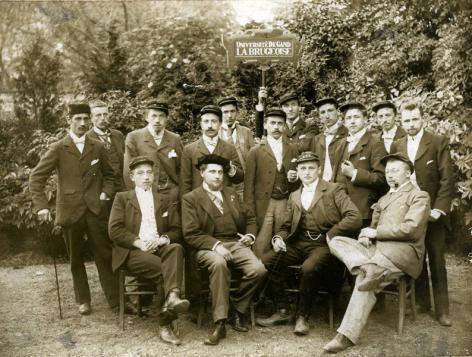 Groepsfoto van de Brugse studentenvereniging La Brugeoise aan het einde van de 19de eeuw (Collectie Universiteitsarchief Gent).